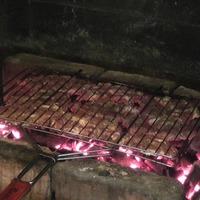 Ужин на даче в кругу родных и близки... Угощаем жареным на углях мясом.