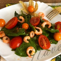 Салат из шпината с креветками, помидорами черри и физалисом