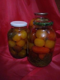 Консервированные помидоры с морковной ботвой