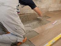 Как уложить плитку в деревянном доме