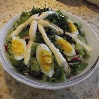 Салат из свежей зелени с огурцом и яйцом.