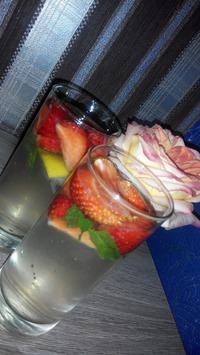 Клубничный лимонад с мелиссой или мятой