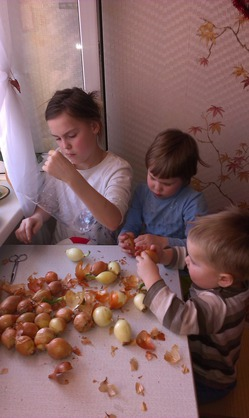 Весенние трудовые подвиги моих внучек Настюши Елены внука Алексашика.