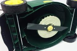 Как самостоятельно заточить нож газонокосилки?