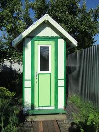 Домик для уединения или просто дачный туалет.