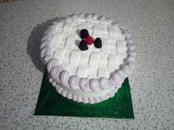 Бисквитный торт со сливочно-йогуртовым кремом и консервированными персиками.