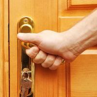 Как устранить скрип двери?