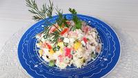 Салат из овощей с рисом и крабовыми палочками