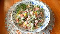 Салат с полукопченой колбасой и овощами. Видео рецепт